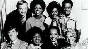 The Jefferssons televisiosarjan näyttelijät yhteiskuvassa. Sherman Hemsley alarivissä toinen oikealta.