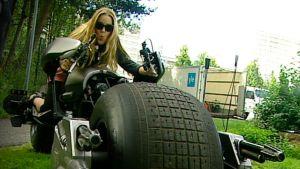Annika Damström Batmanin moottoripyörä -Batpodin selässä.