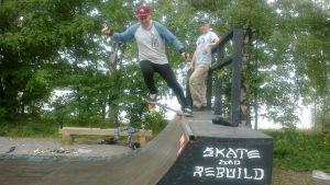 Pojat skeittaavat Aspinniemessä