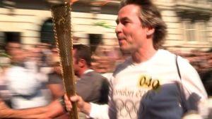 Kapellimestari Esa-Pekka Salonen juoksee Lontoon olympiasoihtu kädessään.