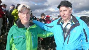 Muoniolaiset Jouni Yliniemi (vas.) ja Heimo Pitikäinen olivat 60 vuotta sitten paikalla olympiatulen syttyessä Taivaskeron laella.