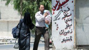 Syyrialaisperhe Aleppossa, Syyriassa, 26. heinäkuuta.