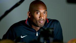 Kobe Bryant lehdistön tentattavana Lontoon olympiakisoissa.