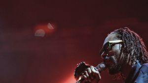 Snoop Dogg mikrofoni kädessään esiintymässä.
