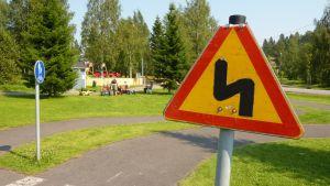 Rikottu liikennemerkki Leppävirran Junapuistossa