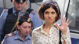 Poliisit saattavat Pussy Riot -punkyhtyeen jäsen Nadezhda Tolokonnikovaa pois oikeussalista.