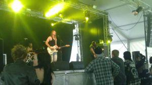 Yhtye soittaa lavalla.