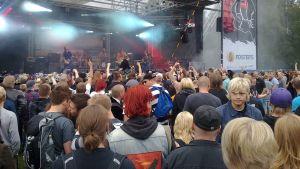 Yleisö ja bändi lavalla Porispere-tapahtumassa 2012.