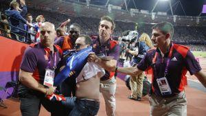 Pullon heittänyt fani poistettiin Lontoon olympiastadionila.