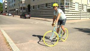 Pyöräsuunnittelija Joonas Berggren esittelee fiksipyörää.