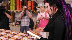 Kirjailija Sofi Oksanen katselee uutta kirjaansa Keuruun kirjapainossa.