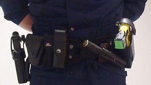 poliisin varustevyö, missä roikkuu virka-ase, käsiraudat, patukka ja etälämautin
