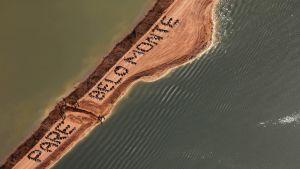 Ilmakuva, jossa näkyy hiekkakannas ja teksti 'pare Belo Monte'.