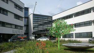 Tampereen yliopistollisen sairaalan Radius-rakennuksen sisäänkäynti