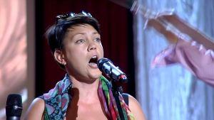 Mari Palo esiintyy Meidän Romanssi -konsertissa Imatralla.