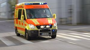 Ambulanssi hälytysajossa.