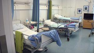 Kolme tyhjää vuodetta Kaupin sairaalan potilashuoneessa.