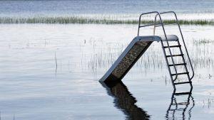 Lasten leikkipaikka on jäänyt veden alle