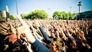 Tuhansia ihmisiä kadulla konsertissa.
