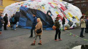 Muovipussipallo Lasipalatsin aukiolla.