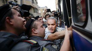 Poliisit pidättävät Garri Kasparovin Moskovassa.