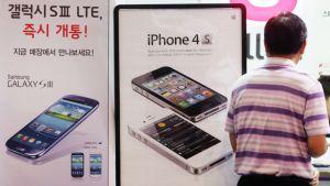 Samsungin ja Applen mainokset rinnakkain.