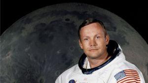 Neil Armstrong poseeraa kuunkuvan edessä.