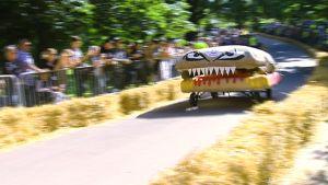 Hampurilaiseksi naamioitu mäkiauto radalla.