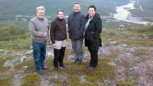 Kansanedustajat Simo Rundgren, Eeva-Maria Maijala, Markus Mustajärvi ja Johanna Ojala-Niemelä maakuntamatkallaan Ailigaksen huipulla Utsjoella vuonna 2012.