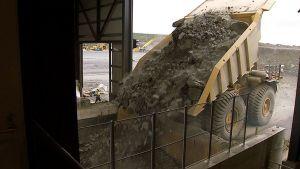 Kevitsan kaivoksesta louhittua malmia kaadetaan käsittelylinjalle kuorma-autosta.
