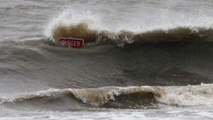 Danger-kyltti aaltojen keskellä.