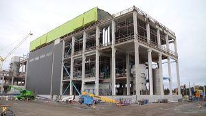 Uudenkaupungin soijajalostamoa rakennetaan valmiiksi.