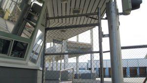 Lapin Kullan pääportilta avautuu näkymä hiljaiselle tehdasalueelle.