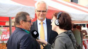 Eurooppatiedottaja Pekak Purhonen, europarlamentaarikko Petri Sarvamaa (kok) ja toimittaja Hanne Leiwo Seinäjoen torilla.