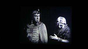 Mykkäelokuvan kohtaus - kuvassa kaksi miestä.