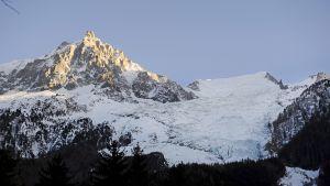 Mont Blanc -vuoristoalue Chamonixista kuvattuna.