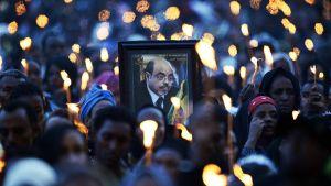 Surijat kannattelivat Zenawin kuvaa kynttilöiden keskellä Meskel-aukiolla Addis Adebassa 30. elokuuta.
