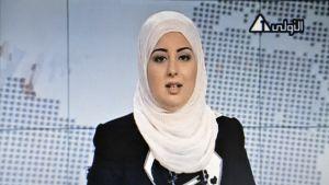 Kuva uutislähetyksestä, jossa on huivipäinen naislukija.