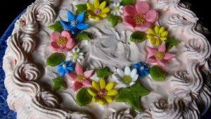 Kukkasilla koristeltu täytekakku
