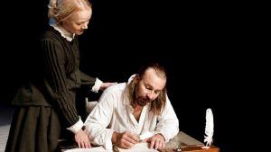 Kouvolassa saa ensi-iltansa ensimmäinen Aleksis Kiven elämästä kertova musikaali. Päänäyttelijä on tunnettu Kivi-tulkitsija Johannes Korpijaakko.