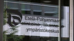 Etelä-Pohjanmaan ELY-keskuksen logo ovessa.