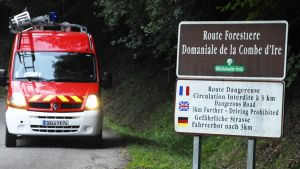 Hälytysajoneuvo tiellä, joka johtaa surmapaikalle Annecyjärven lähellä 5. syyskuuta 2012.