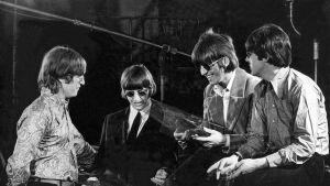 The Beatles Robert Whitakerin ottamassa valokuvassa.
