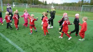 Meri-Lappi Unitedin prinsessaligalaiset ja KePS:n juniorit kättelevät taiston tauottua.