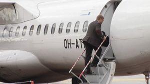Mies nousemassa lentokoneeseen Jyväskylän lentokentällä.