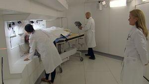 Potilasta valmistellaan boorineutronihoitoon VTT:n ydinreaktorissa Espoossa.