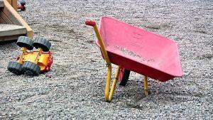 Pienet kottikärryt lleikkipuiston hiekkakentällä.