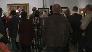 Lukuisia ihmisiä katsomassa Schjerfbeckin löydetty teosta.