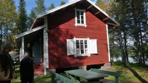 Punainen rakennus metsämuseon pihapiirissä