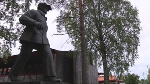 Tahko Pihkalan patsas vartioi Pihtiputaan kunnantaloa.